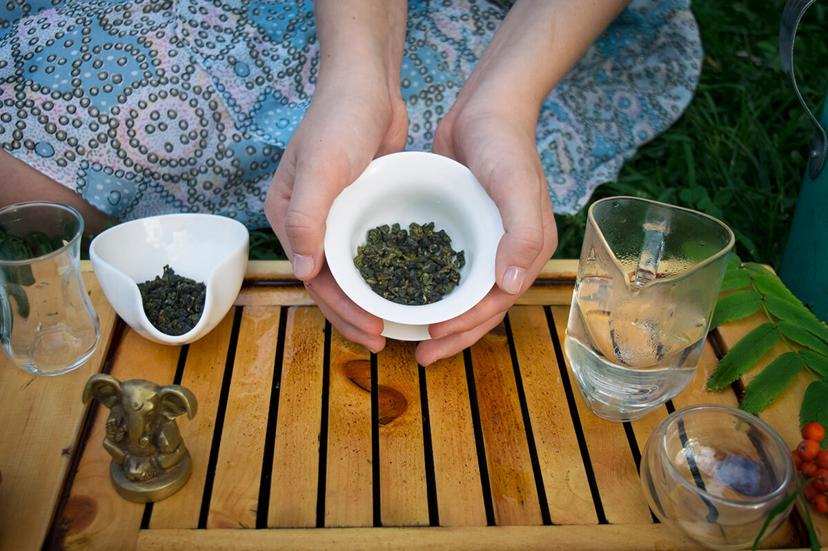 It is not recommended that you put too many tea leaves in a cup, otherwise the drink will be too strong