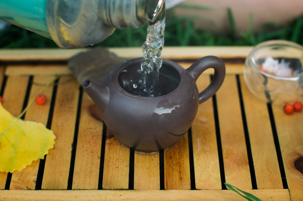 Before brewing, pour kettle with boiling water to reach the desired temperature